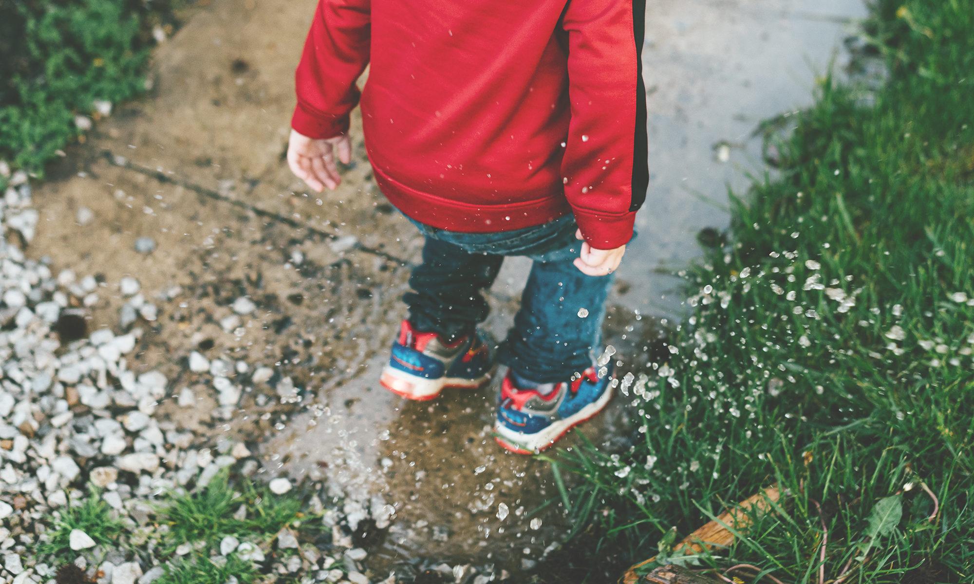 bambino - pozzanghera - infanzia - gioco - pioggia - acqua