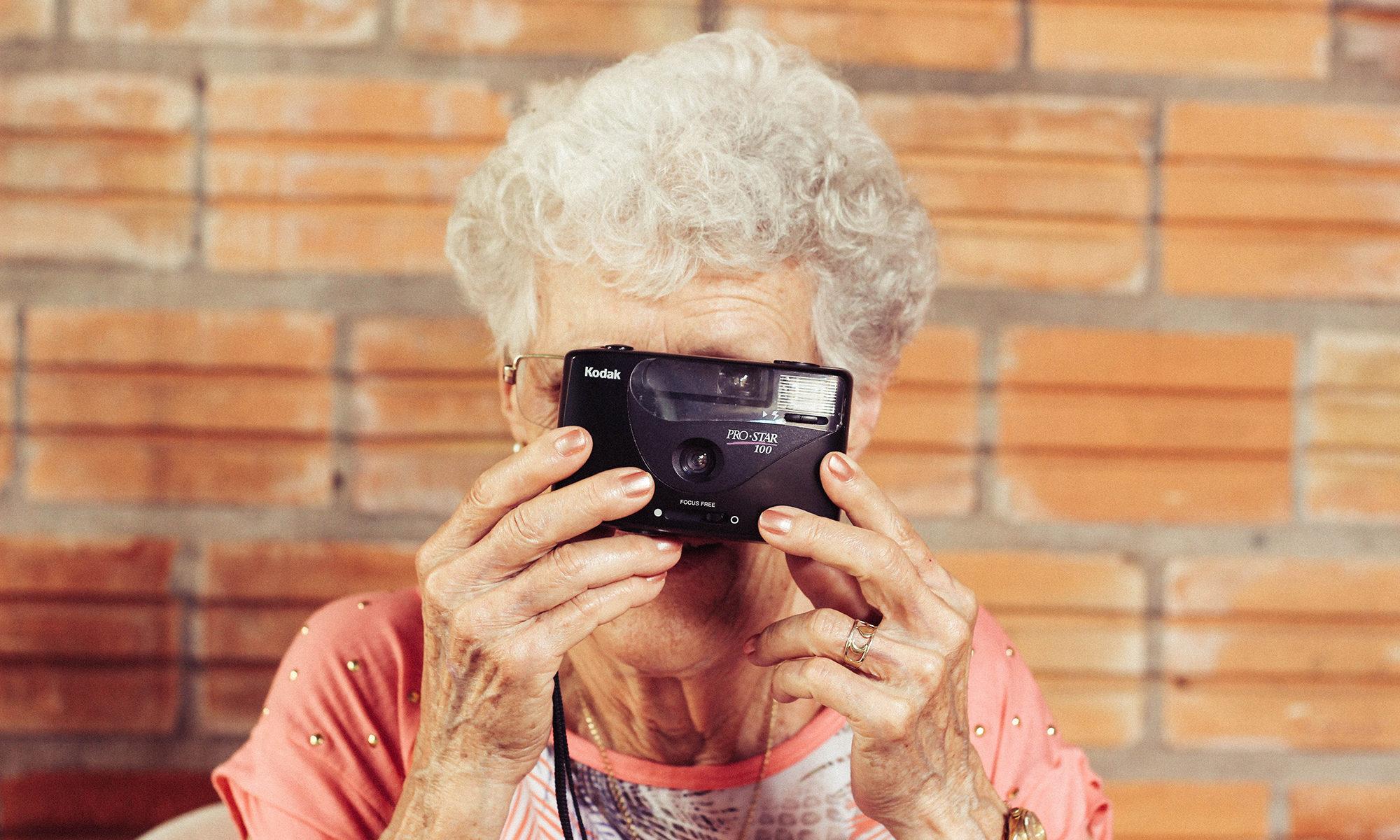 foto - nonna - donna - anziana - macchina fotografica - vintage - kodak